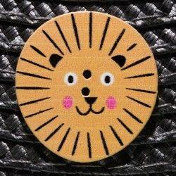Bouton tête de lion en bois - orange  - 1Bouton tête de lion - Orange Plat - 2 trous En Bois Hauteur : 2,9 cm - Largeur : 2,7 c