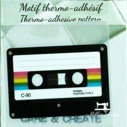 Motif thermo-adhésif Cassette vintage  - 1Motif thermo-adhésif - cassette vintage Largeur : 7cm X Hauteur : 4,9cm  Vendu à l'uni