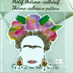 Motif thermo-adhésif Frida Kahlo  - 1Motif thermo-adhésif - Frida Kahlo Largeur : 6,9cm X Hauteur : 7cm  Vendu à l'unité